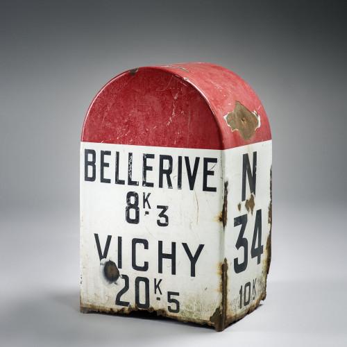Ancienne borne kilométrique Bellerive - Vichy en tôle émaillée