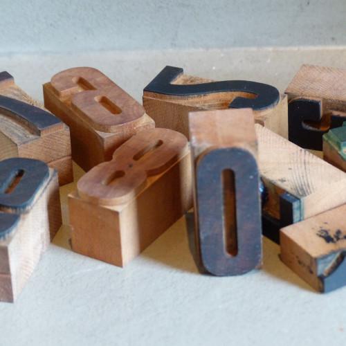 Caractères d'imprimerie en bois - 0 1 2 3 4 . . .