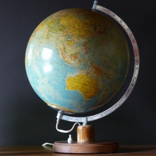 Grand globe terrestre lumineux
