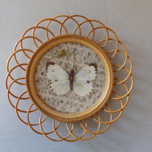 Petit cadre papillon en rotin marron et blanc