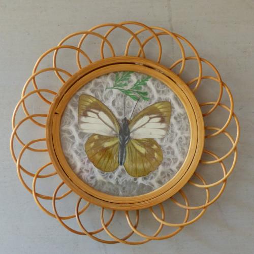 Petit cadre papillon beige et blanc en rotin