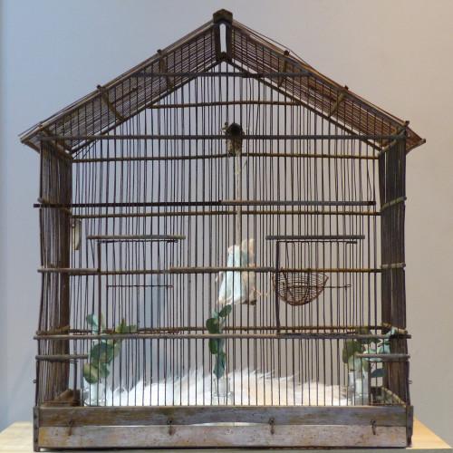 Ancienne cage à oiseaux en bois et grillage