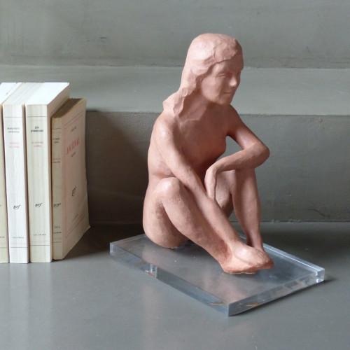 Statuette en terre cuite - jeune femme assise