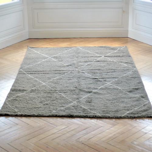 Grand tapis Beni Ouarain gris taupe à  losanges écrus