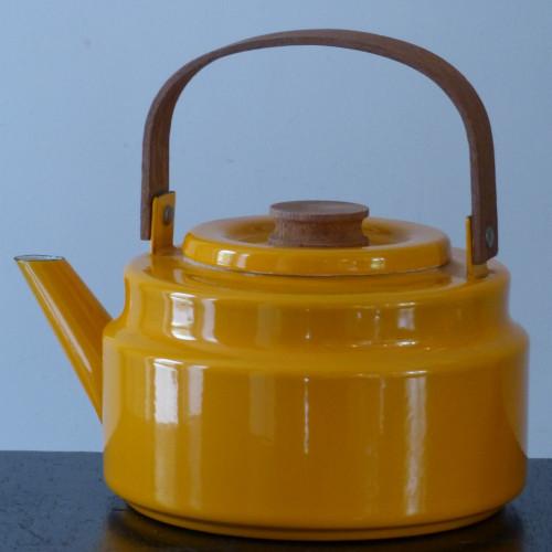 Bouilloire en tôle émaillée moutarde