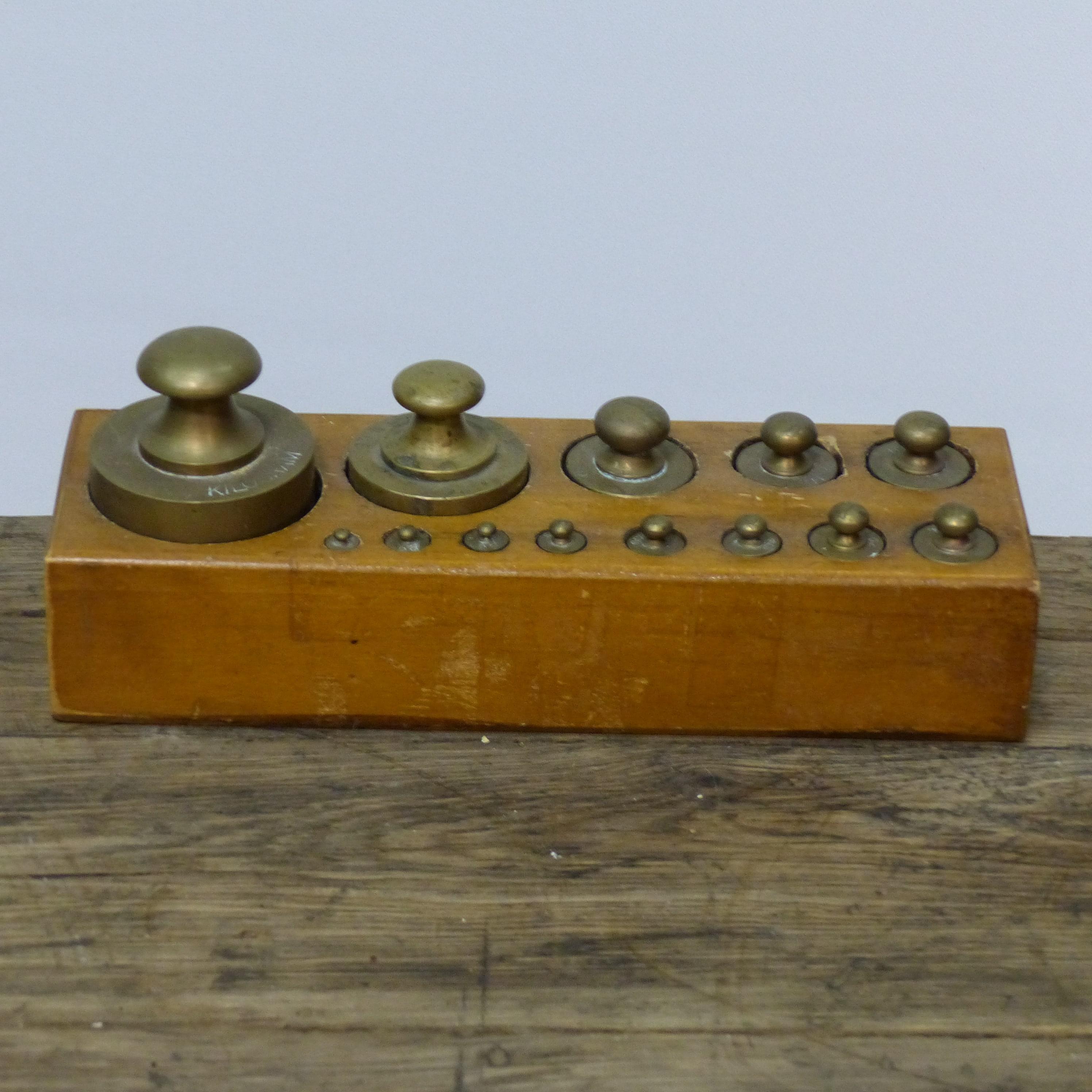 Ancienne boite de poids en laiton lignedebrocante for Ustensiles de cuisine anciens