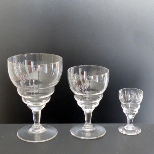 Série de 18 verres anciens en cristal gravé