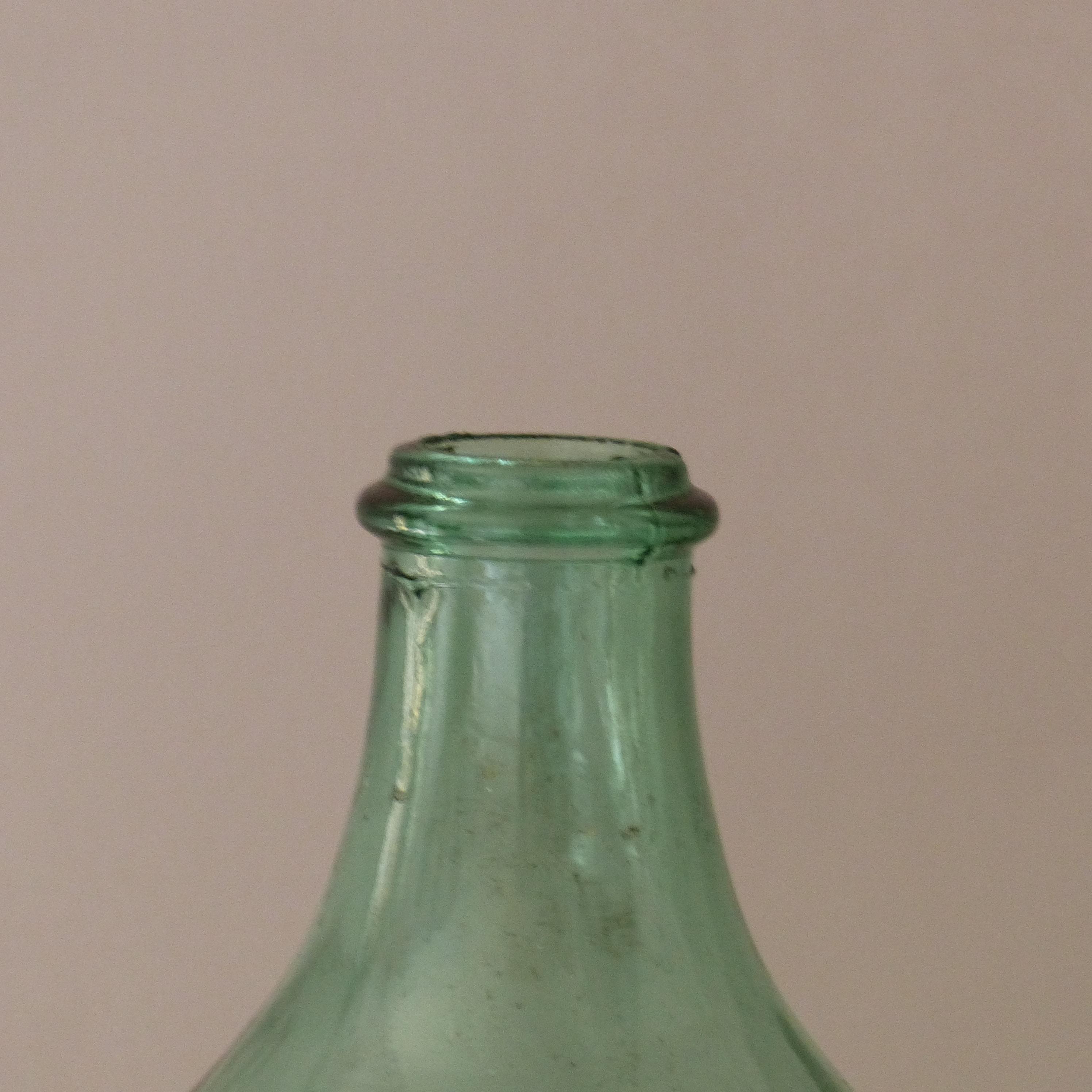 dame jeanne en verre vert clair lignedebrocante brocante en ligne chine pour vous meubles. Black Bedroom Furniture Sets. Home Design Ideas