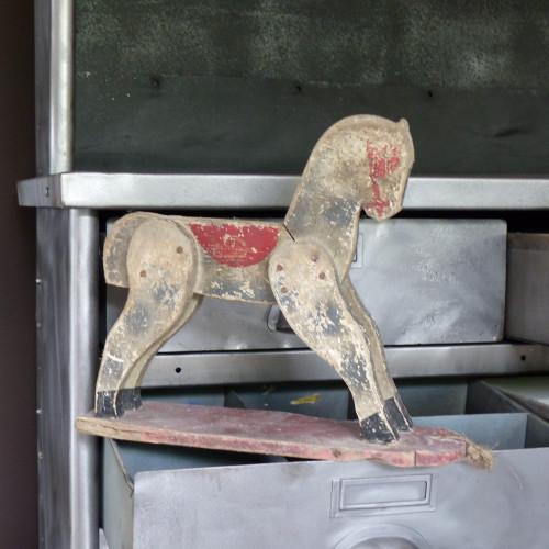 Petit cheval en bois polychrome