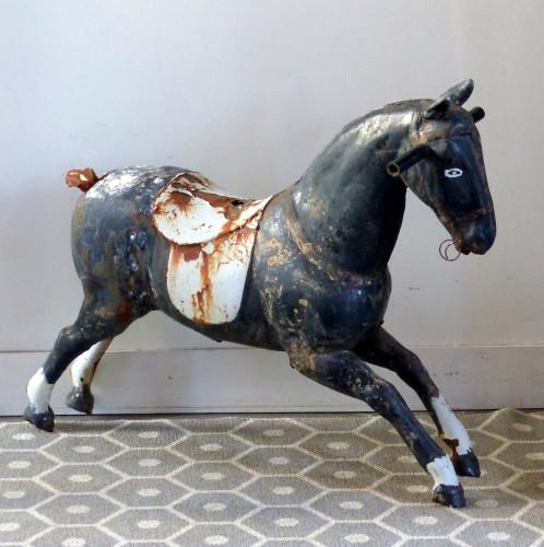 Ancien cheval en tôle