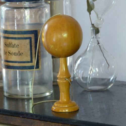 Bilboquet ancien en bois verni