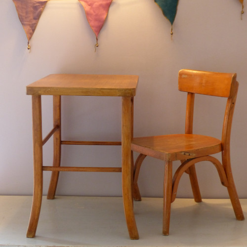 Chaise d'enfant estampillée BAUMANN et son petit bureau des années 50