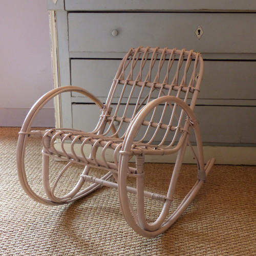 Petit rocking-chair en rotin rose poudré