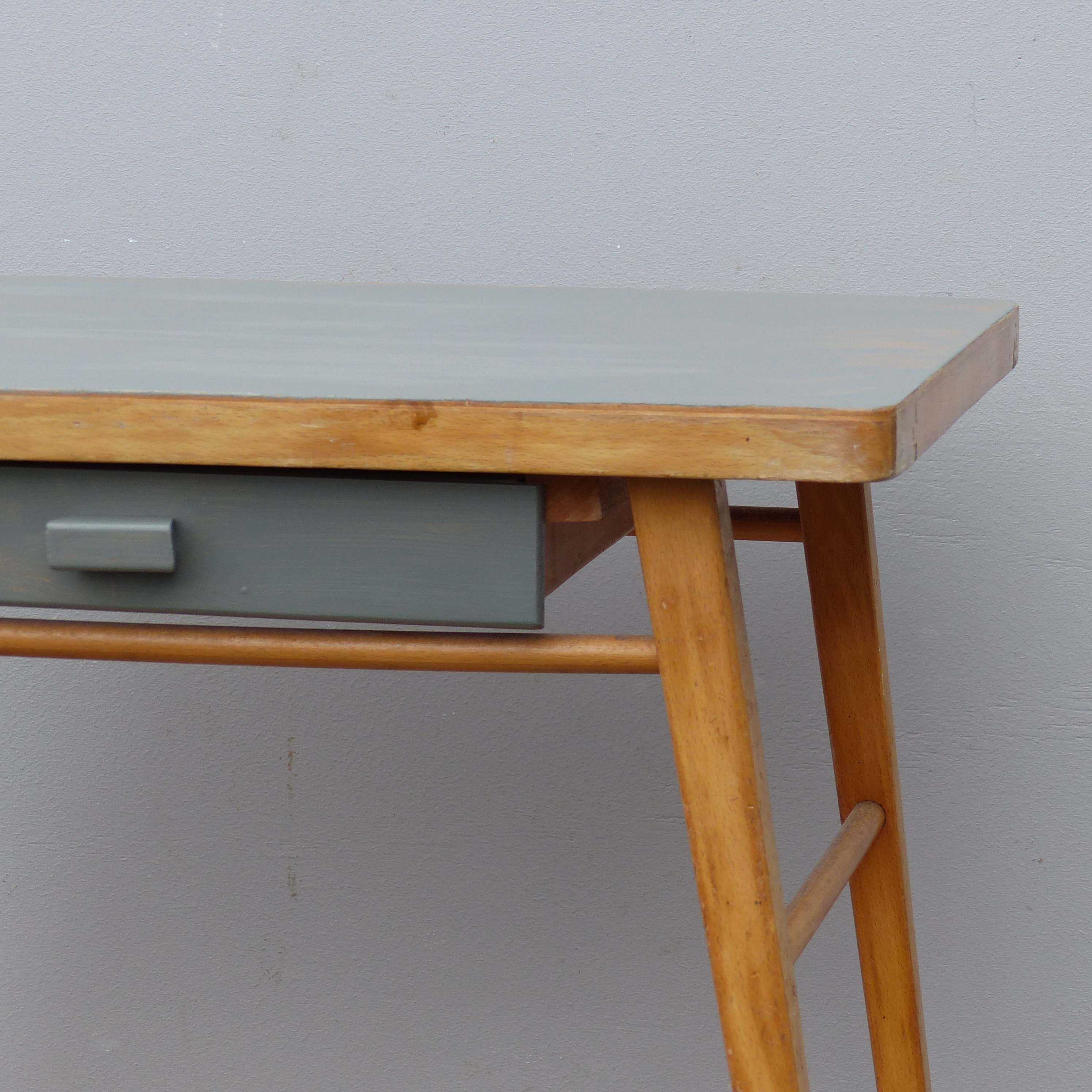 petit bureau pour enfant avec plateau et tiroir gris lignedebrocante brocante en ligne chine. Black Bedroom Furniture Sets. Home Design Ideas