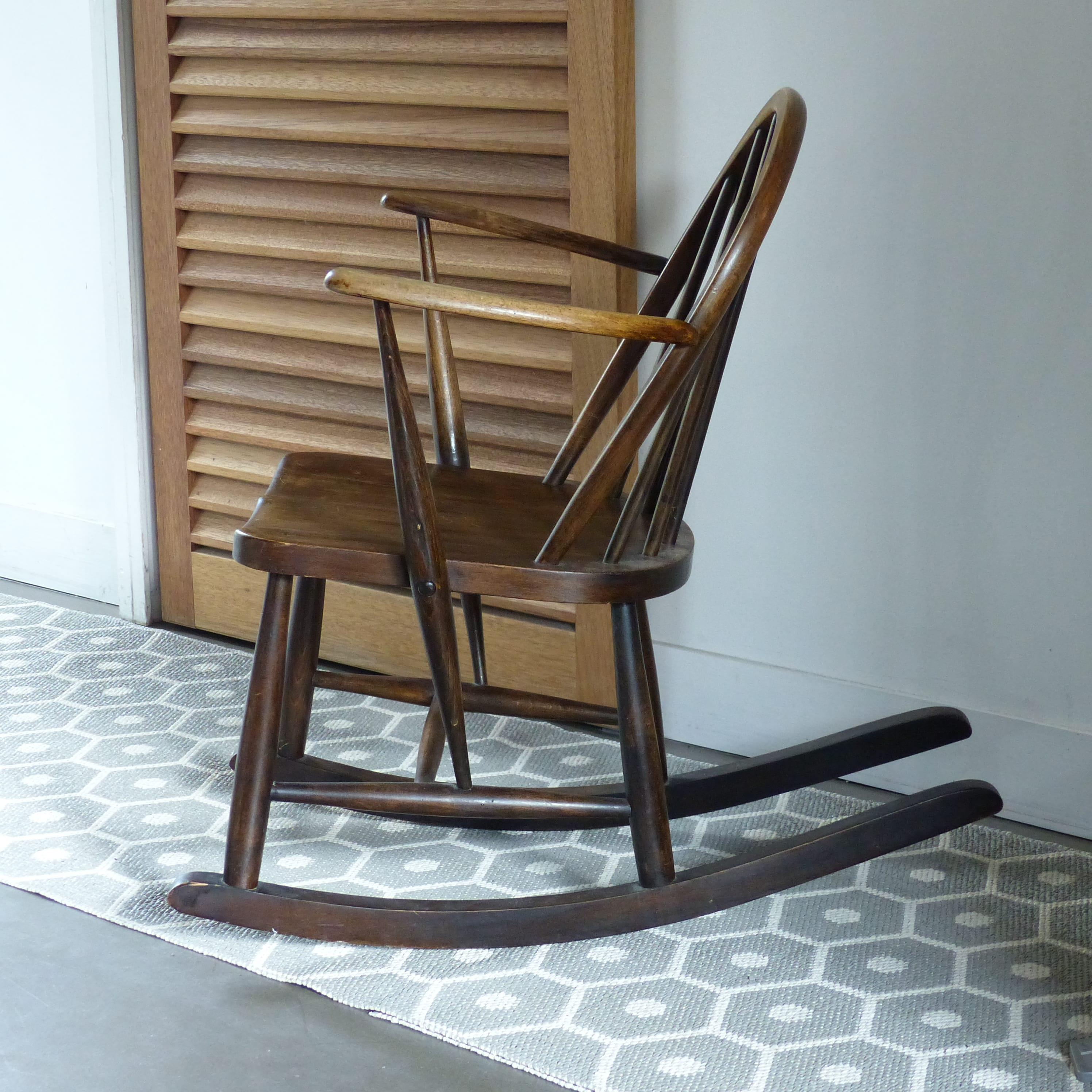 rocking chair pour enfant ercol lignedebrocante brocante. Black Bedroom Furniture Sets. Home Design Ideas