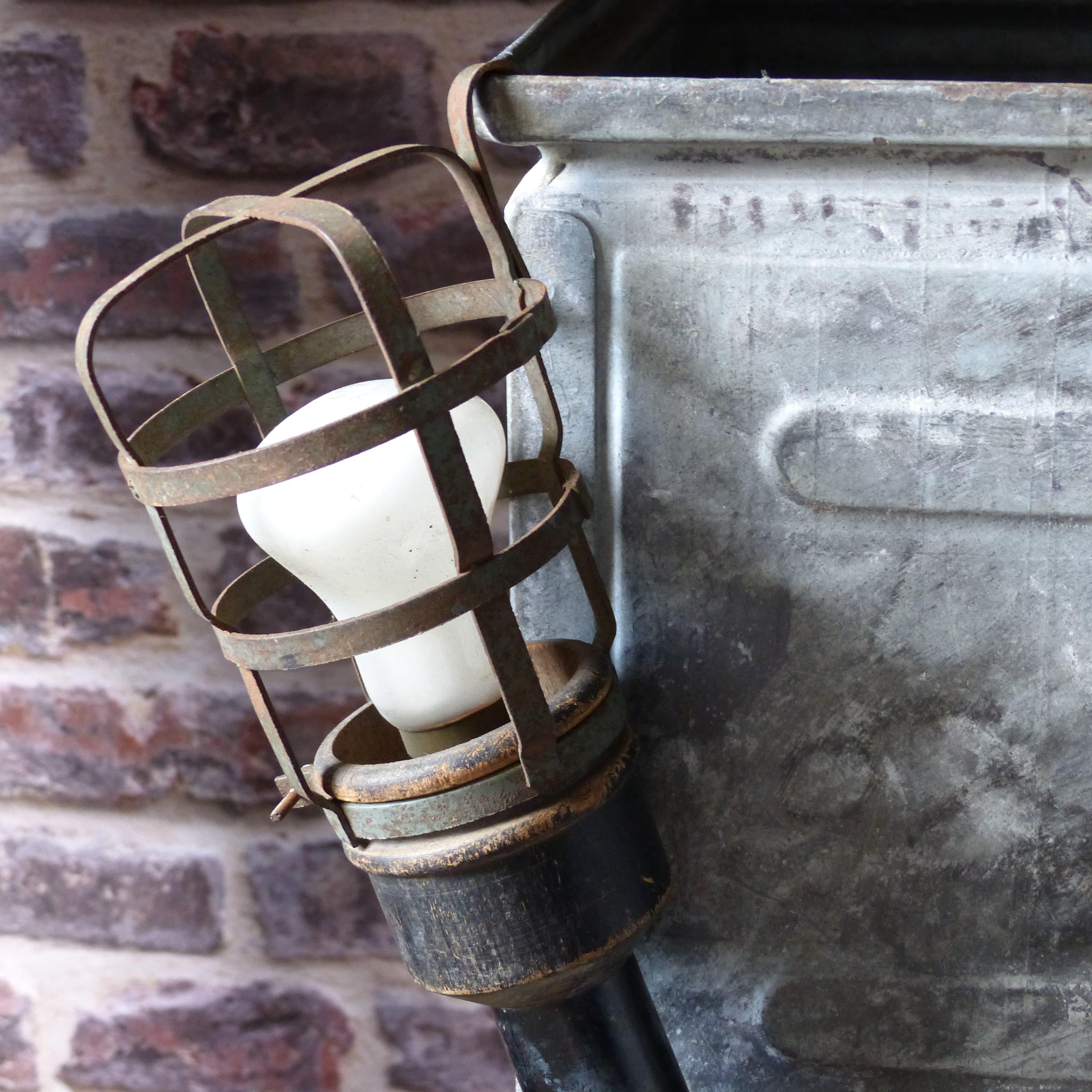 lampe baladeuse cage avec manche en bois lignedebrocante. Black Bedroom Furniture Sets. Home Design Ideas