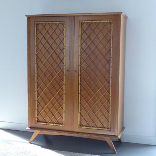 armoire vintage avec croisillons en rotin. Black Bedroom Furniture Sets. Home Design Ideas