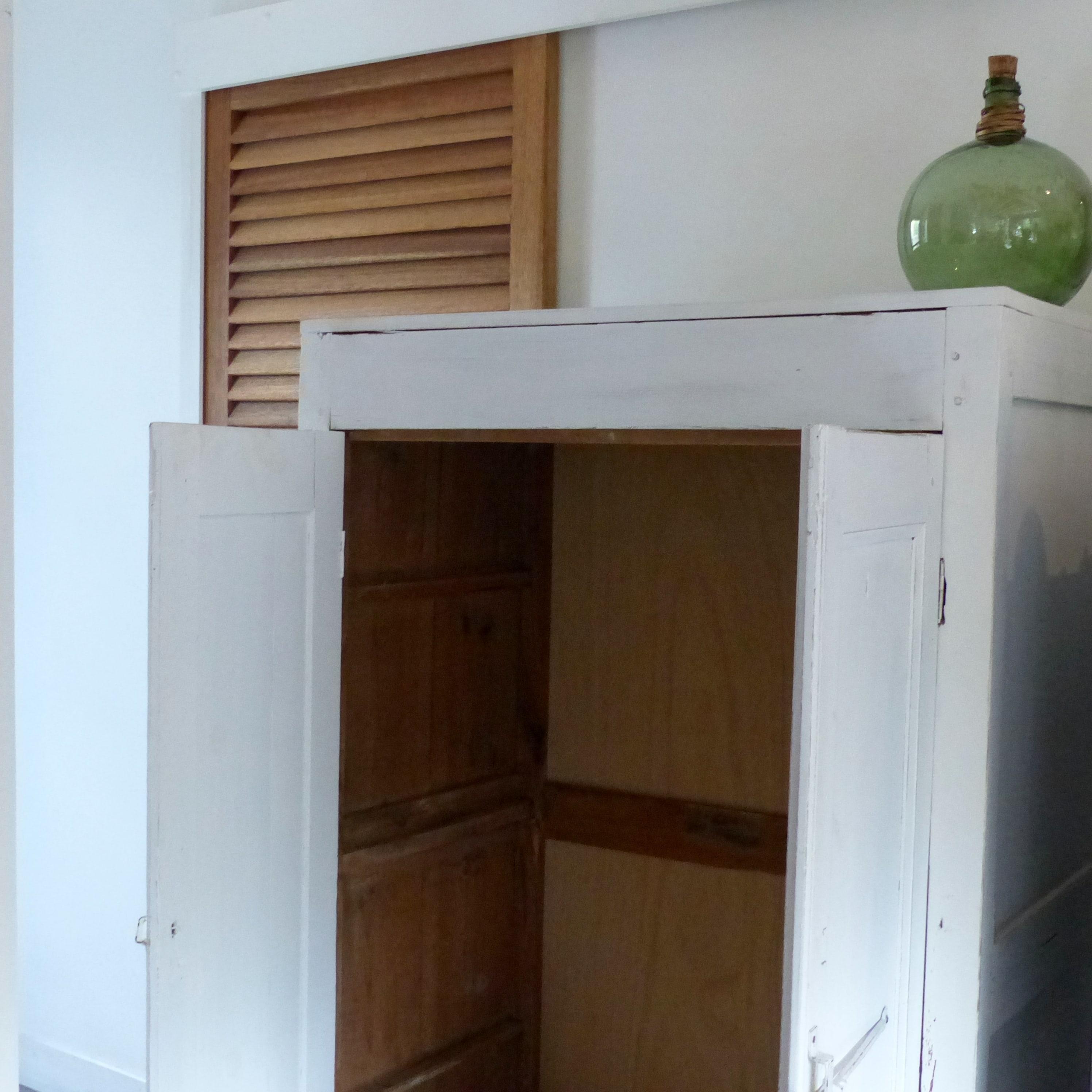 armoire penderie en bois patin blanc lignedebrocante brocante en ligne chine pour vous. Black Bedroom Furniture Sets. Home Design Ideas