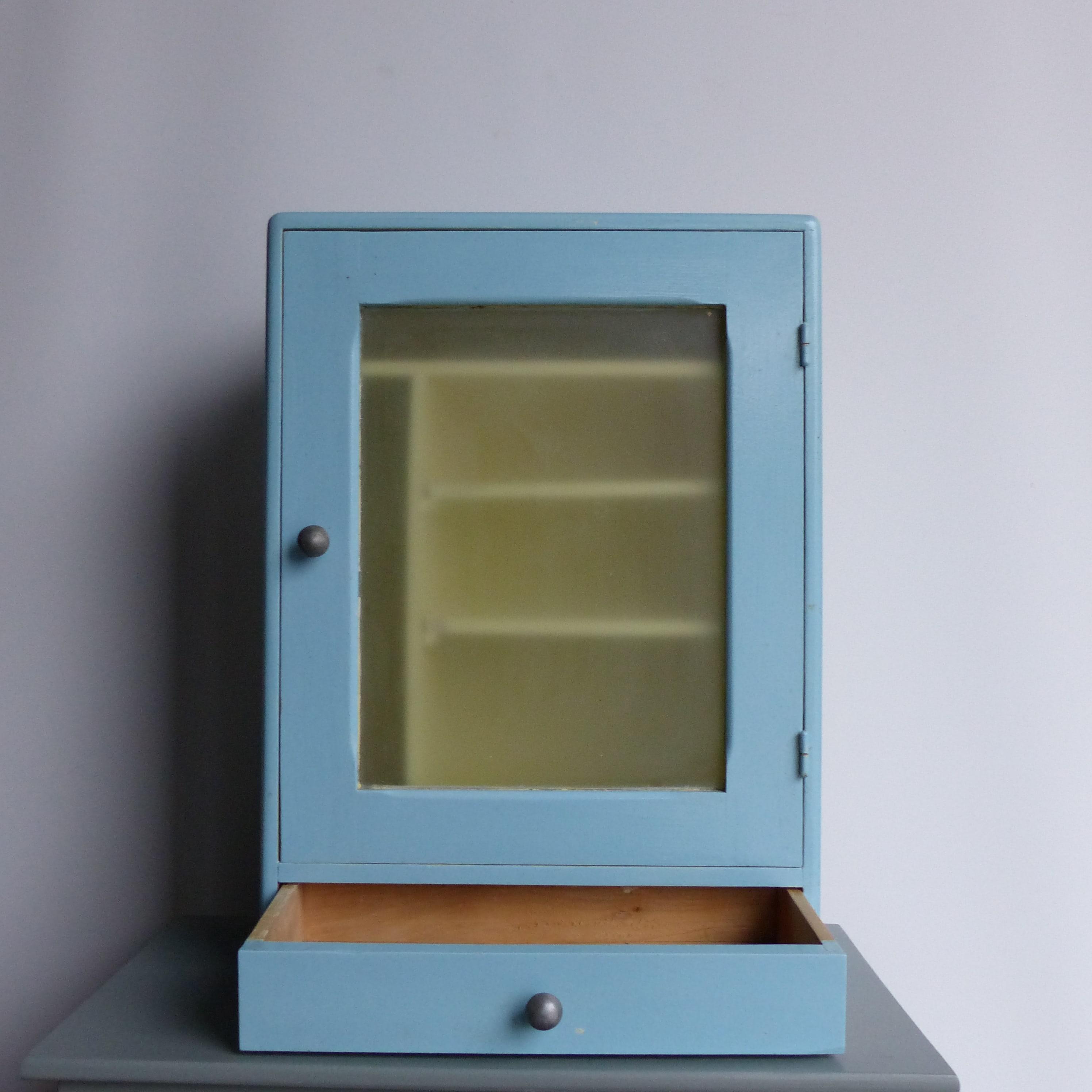petite armoire pharmacie en bois lignedebrocante. Black Bedroom Furniture Sets. Home Design Ideas