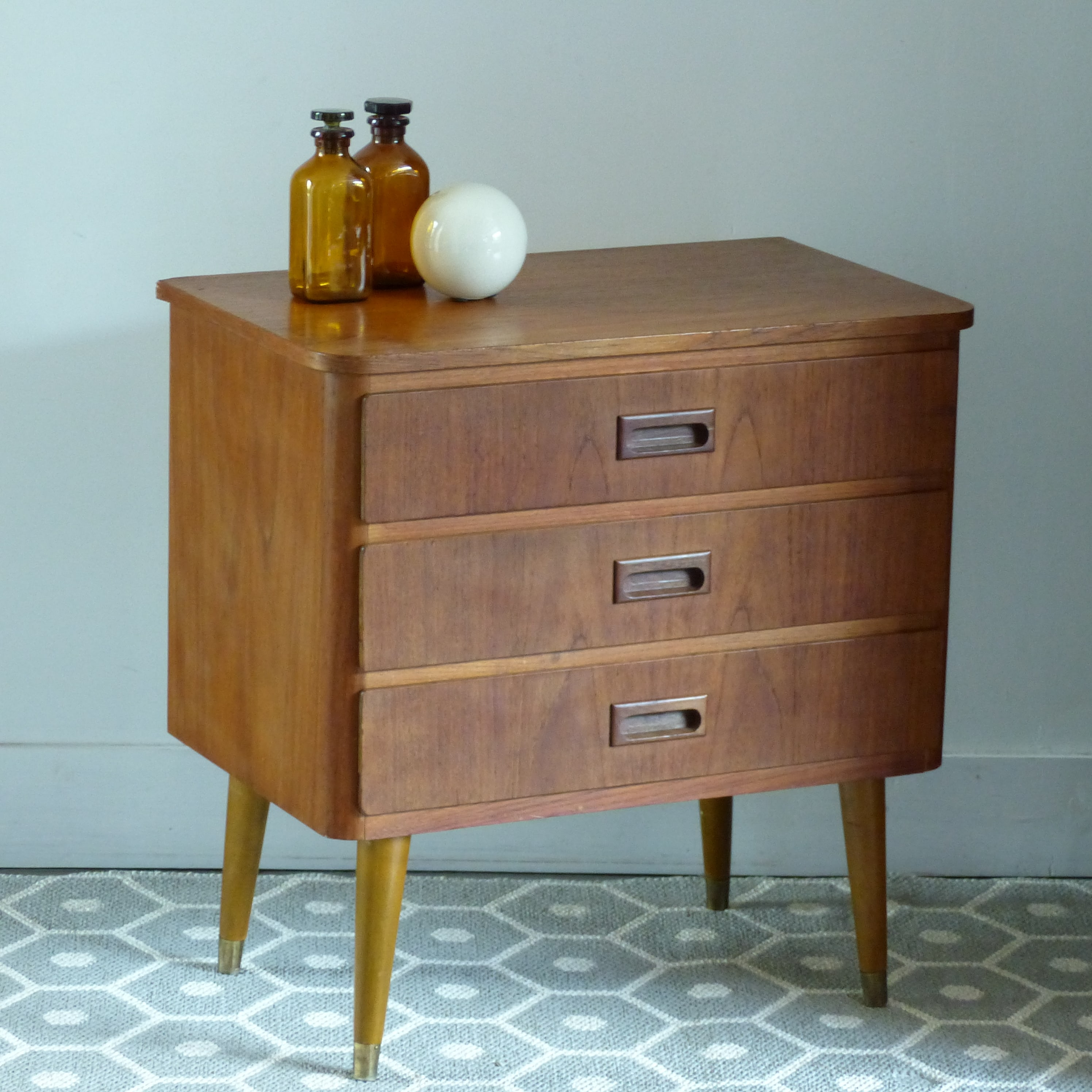 petite commode vintage lignedebrocante brocante en ligne. Black Bedroom Furniture Sets. Home Design Ideas