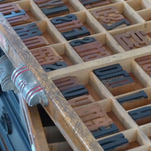 Tiroir de meuble d'imprimerie en bois