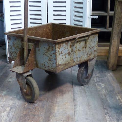 Ancien chariot industriel en fonte sur roulettes