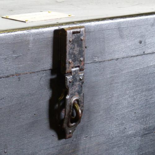 Coffre ancien en bois peint en noir avec plaque en laiton