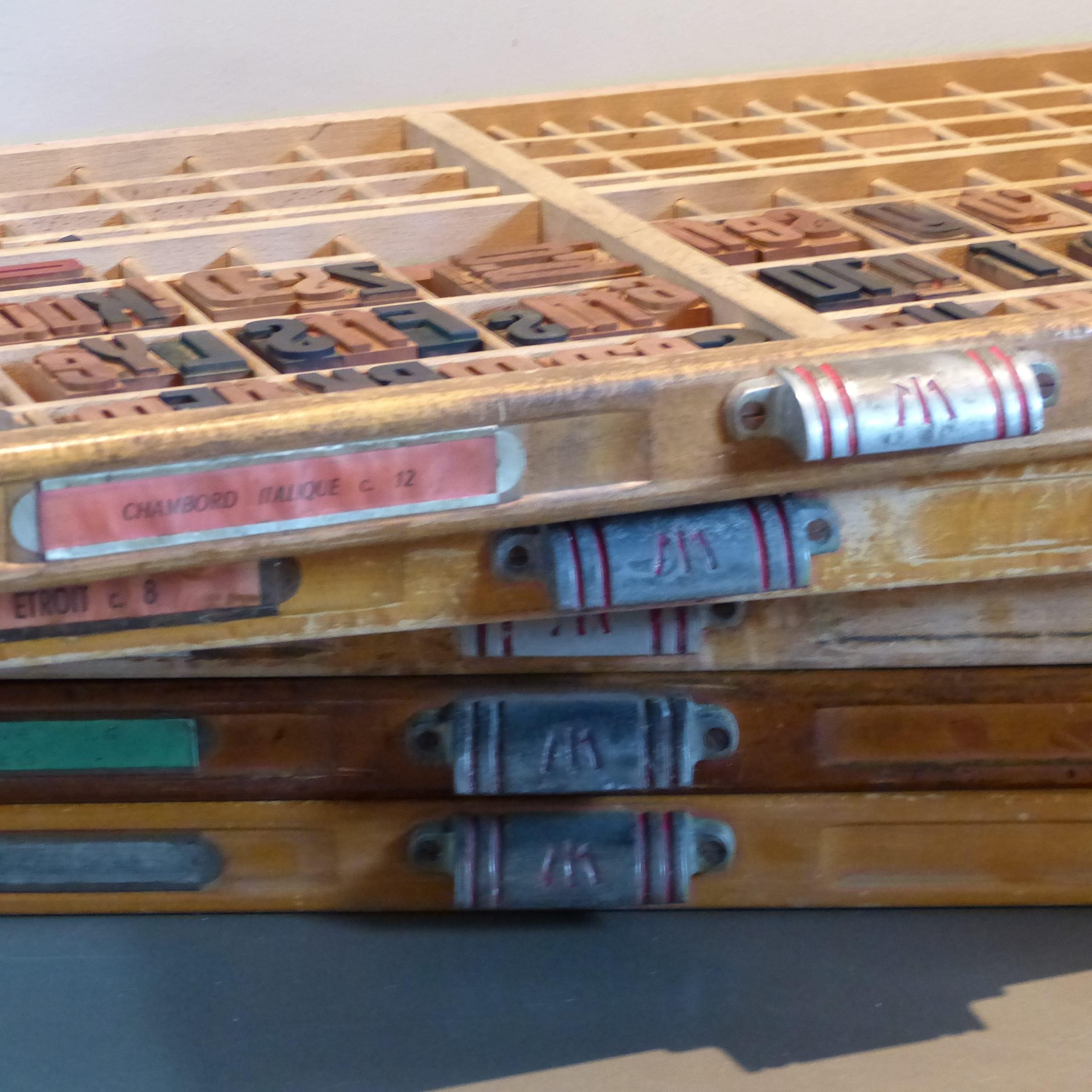 Tiroir de meuble d 39 imprimerie en bois lignedebrocante for Meuble bois tiroirs casiers