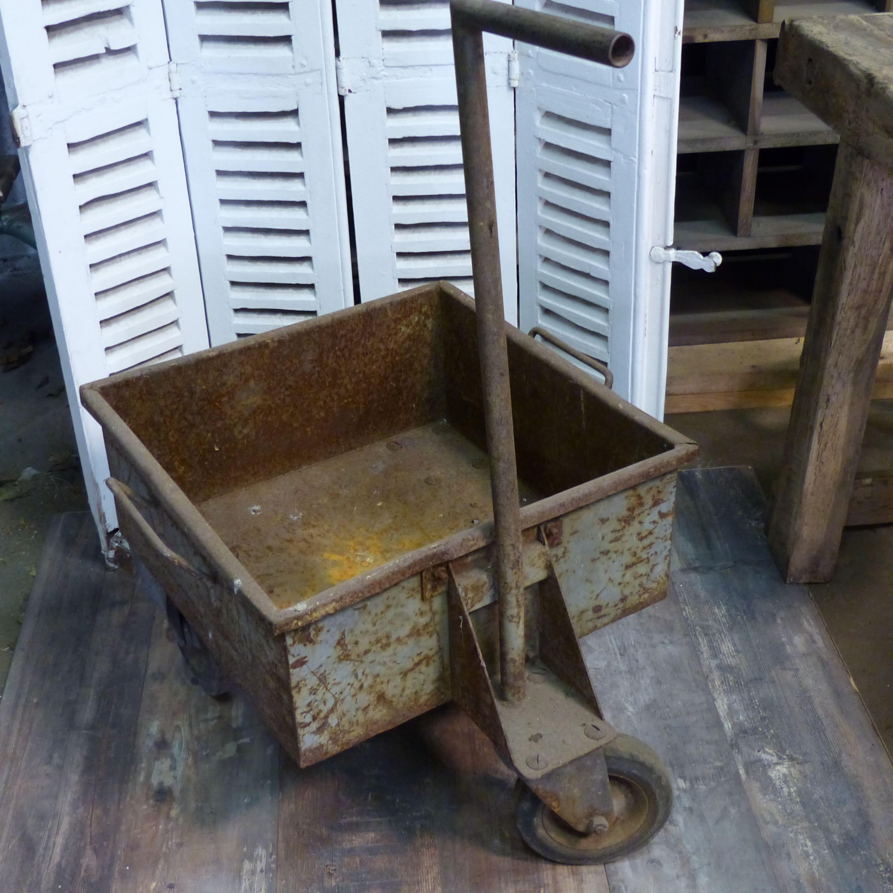 Ancien chariot industriel en fonte sur roulettes lignedebrocante brocante e - Roulettes metal industriel ...