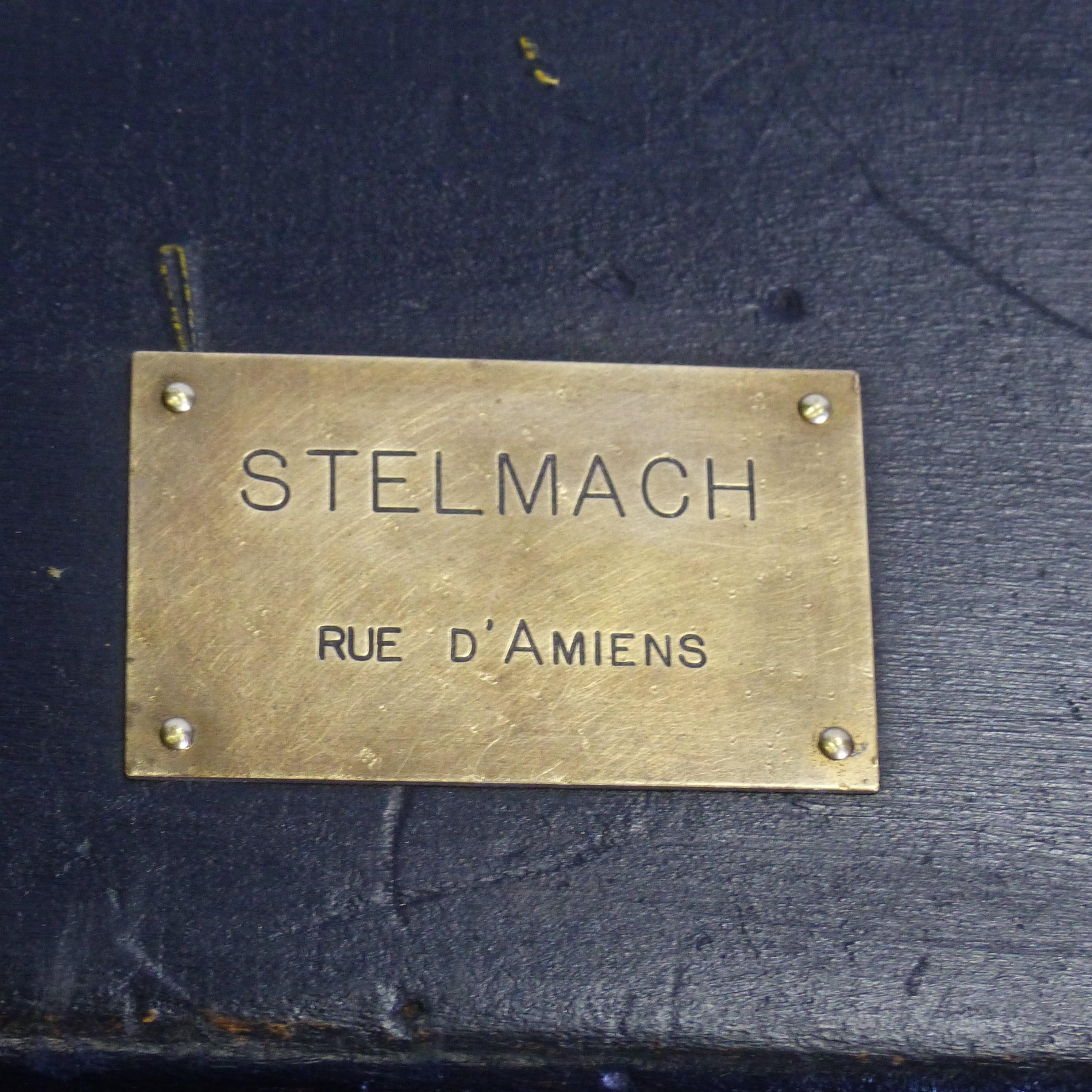 Coffre ancien en bois peint en noir avec plaque en laiton - Plaque de laiton ...