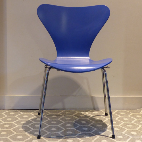 Chaise série 7 du designer Arne Jacobsen pour Fritz Hansen 1993 bleue