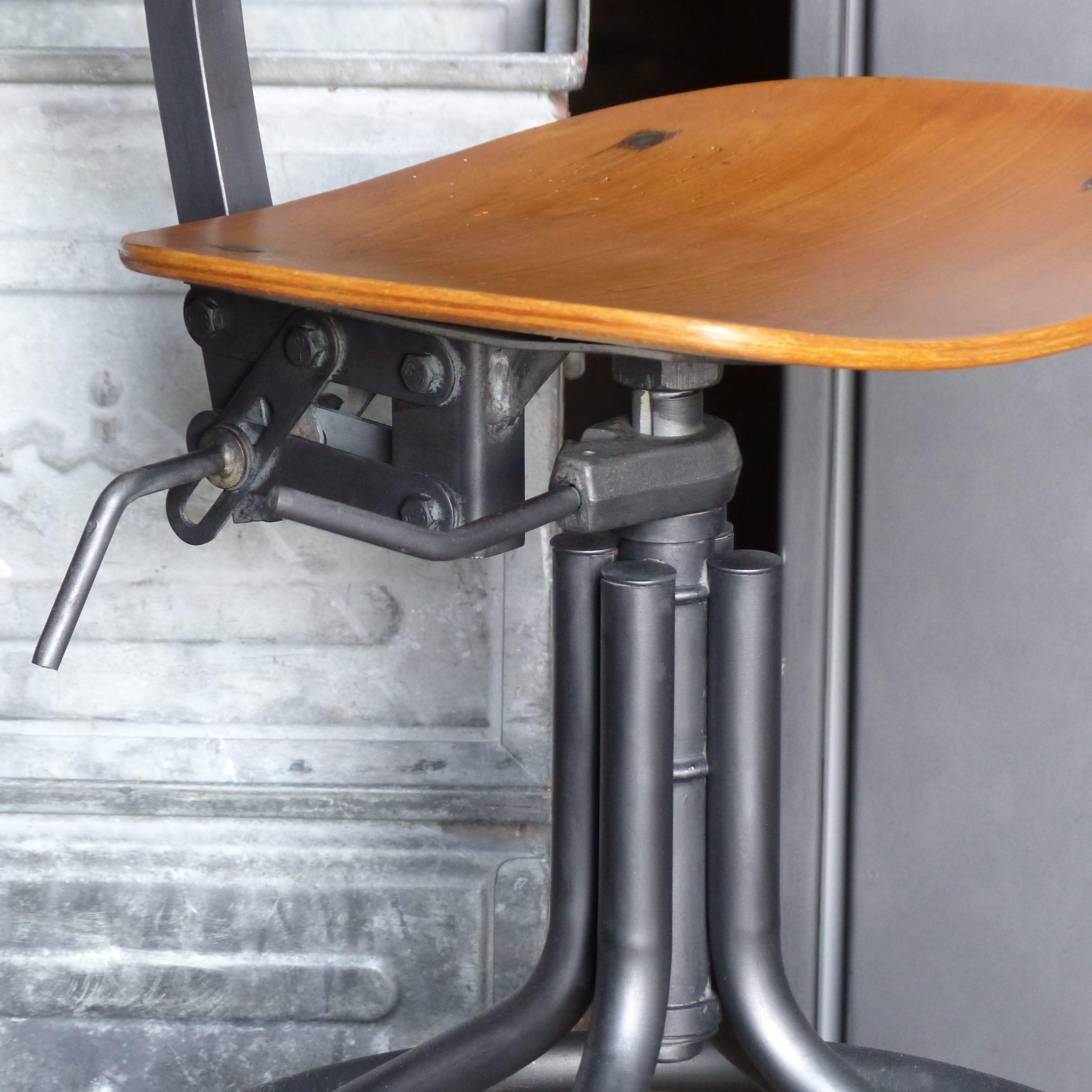 Superbe Chaise Datelier Pivotante En Metal Et Bois