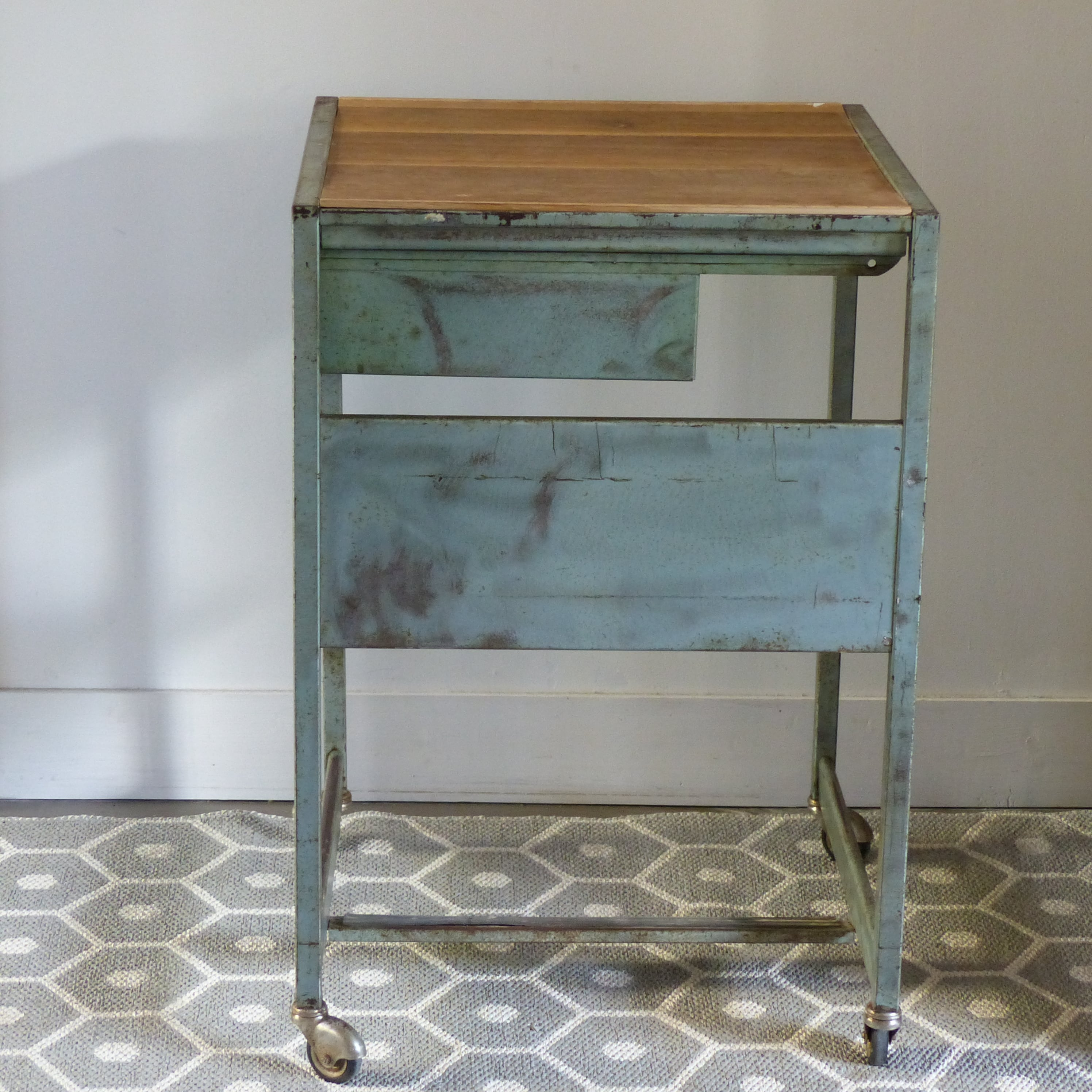 desserte industrielle sur roulettes avec tiroir escamotable lignedebrocante brocante en ligne. Black Bedroom Furniture Sets. Home Design Ideas