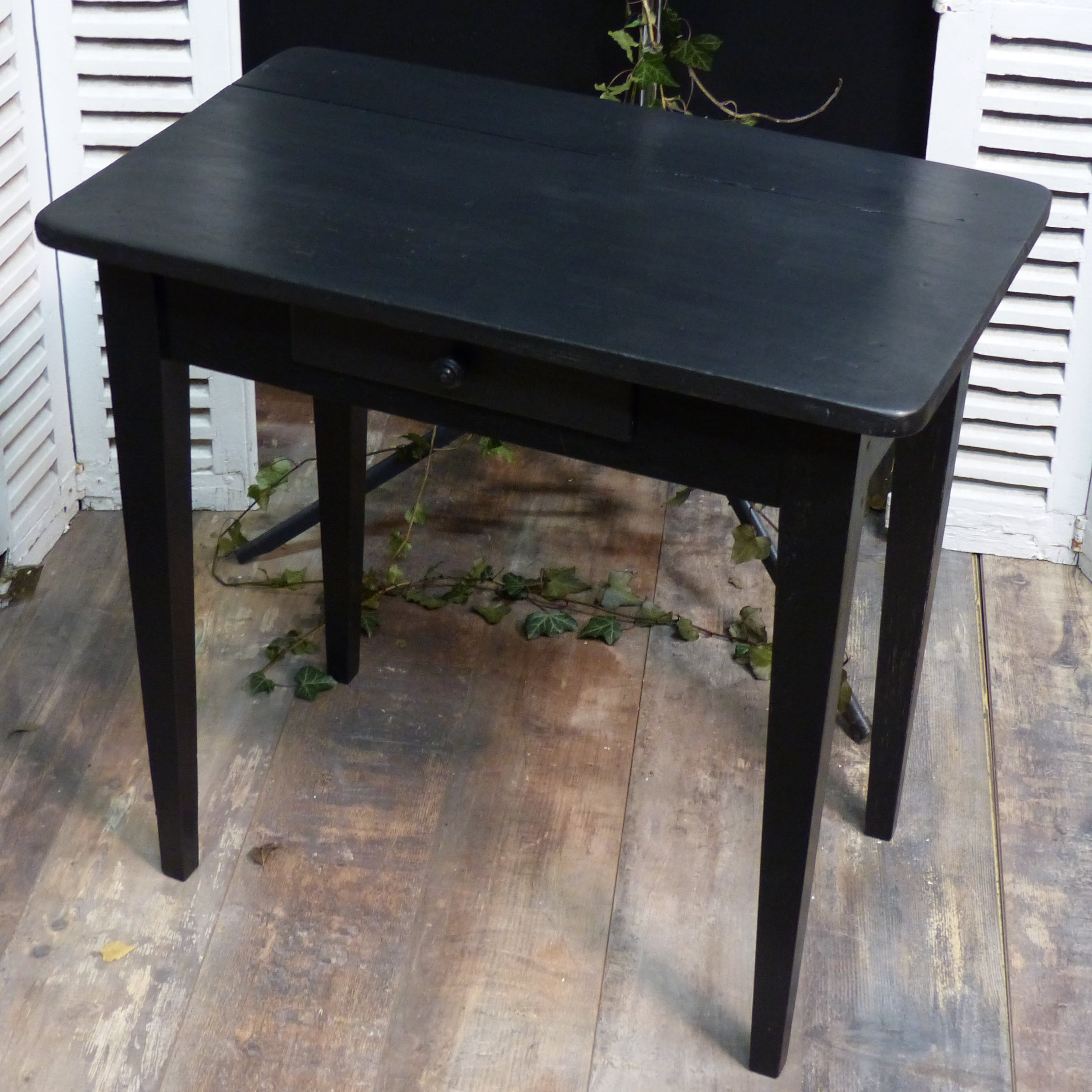petit bureau noir patin lignedebrocante brocante en ligne chine pour vous meubles vintage. Black Bedroom Furniture Sets. Home Design Ideas