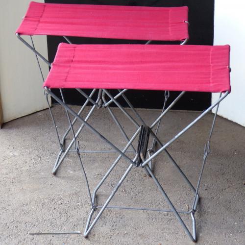 Paire de petits sièges pliants en toile rouge et métal