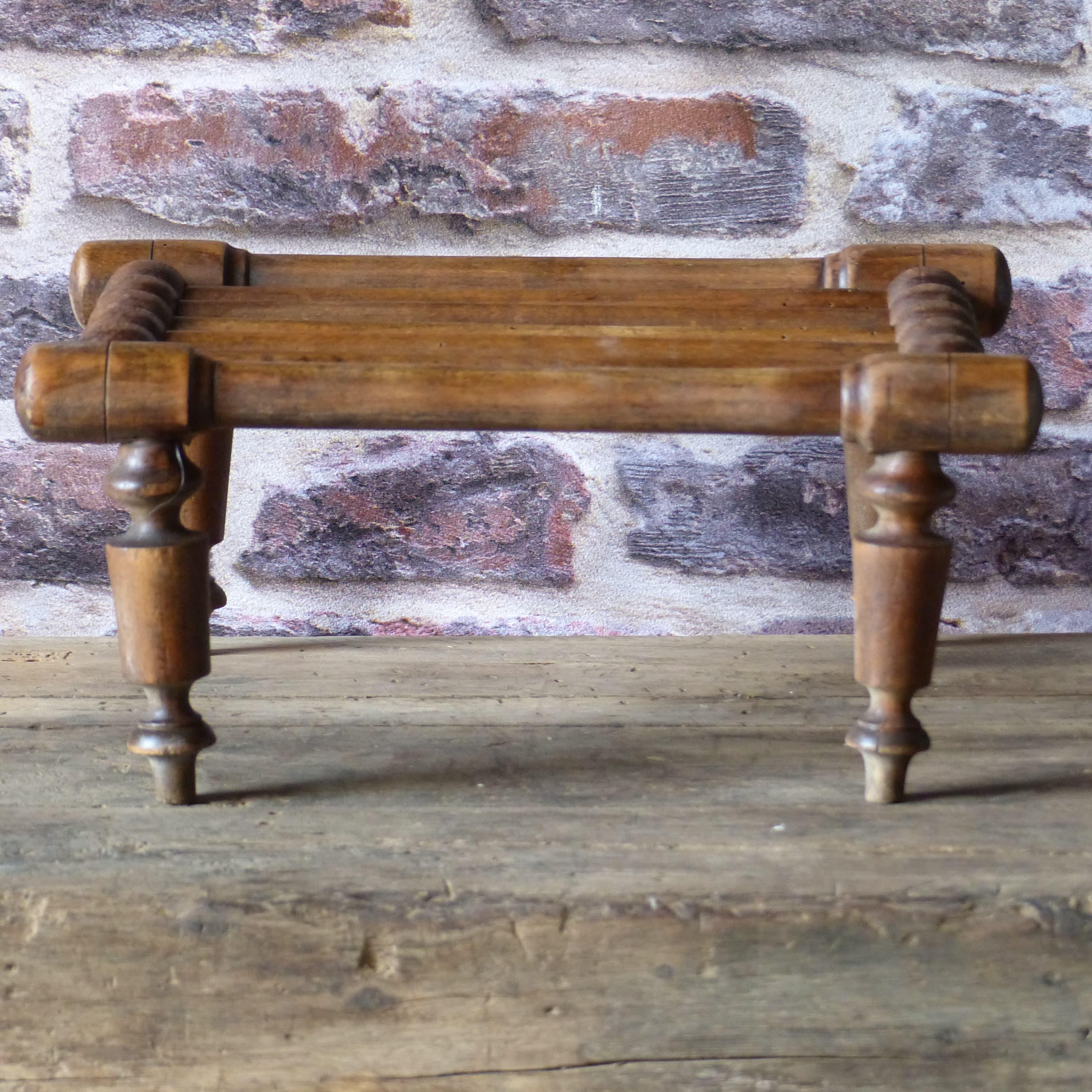 Petit repose pied en bois tourn lignedebrocante - Pied en bois pour meuble ...