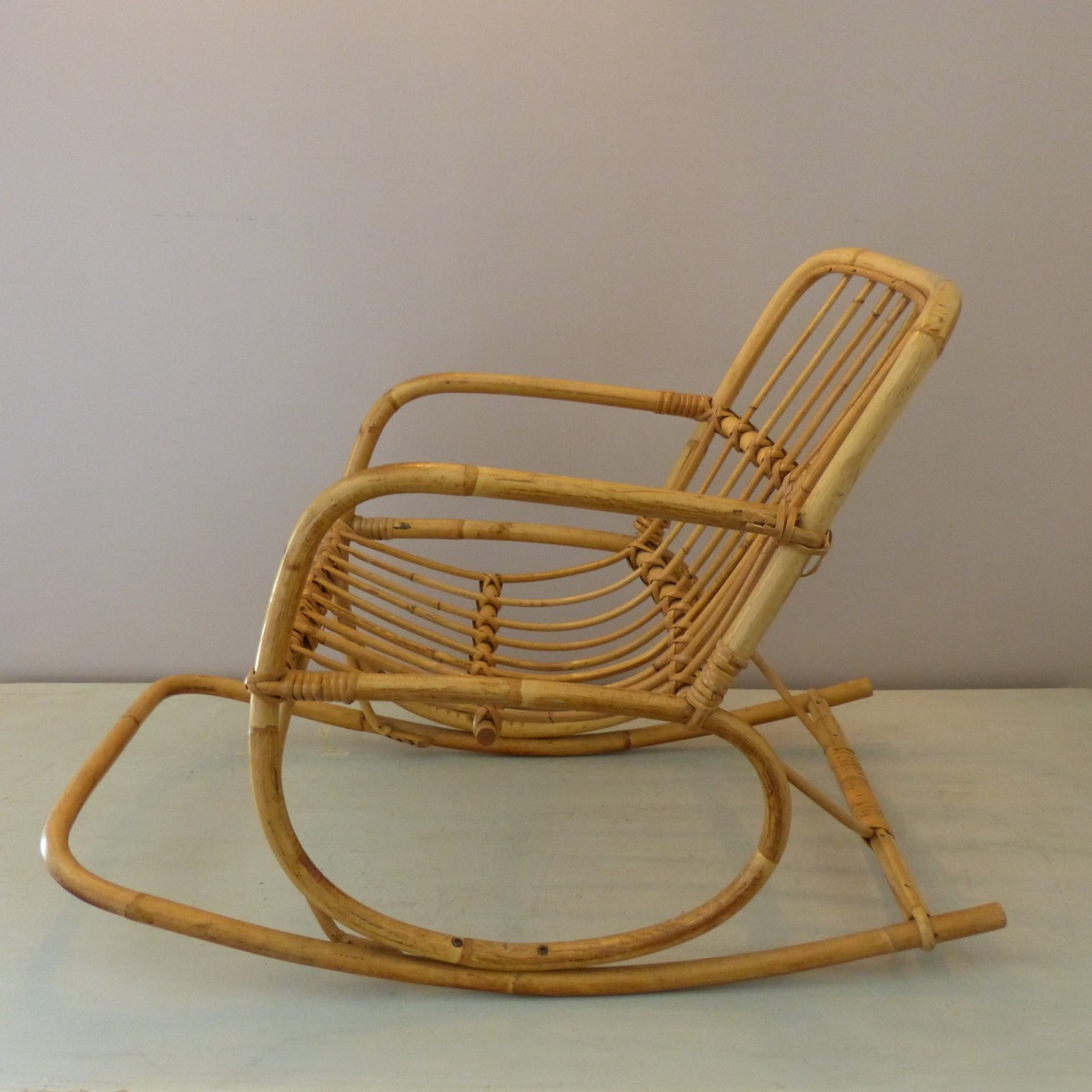 rocking chair pour enfant en rotin lignedebrocante brocante en ligne chine pour vous meubles. Black Bedroom Furniture Sets. Home Design Ideas