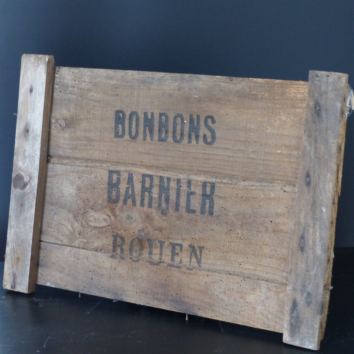 plaque en bois bonbons barnier lignedebrocante brocante en ligne chine pour vous meubles. Black Bedroom Furniture Sets. Home Design Ideas